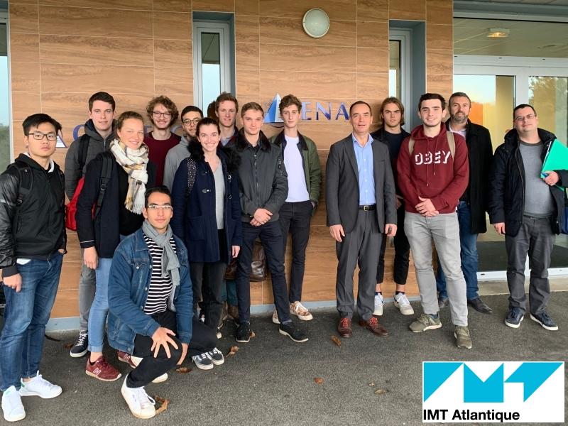Henri Le Gallais, président Enag, entouré des 12 élèves ingénieurs de l'IMT Atlantique